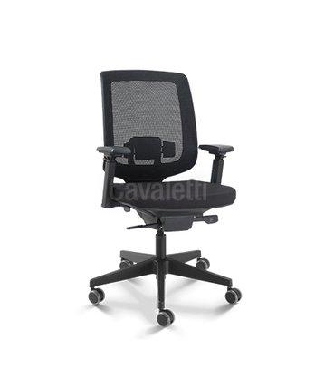 Cadeira Pres.C3 Gir. Sincro. Preta Braços 4D-Cavaletti
